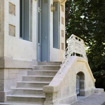 Le Castel à Lussac-les-Châteaux, nuits au château, le perron